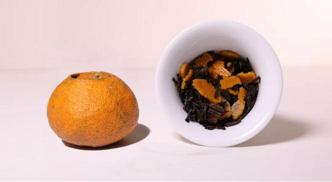 大红柑,指用新会柑(通常指立冬至冬至前后采收,果实已成熟)果实所加工的皮,此时橙皮甙含量较低,多糖的含量较高,油室则大而饱满,鲜果皮色泽鲜红色至大红色,质软、皮厚、性温,味甜香。至陈皮,色泽棕红色至棕黑色,口感香、厚、甘、醇、陈。    柑普茶,即广东省江门市新会地区生产的新会柑搭配上云南的普洱熟茶,经过特定工艺加工而成的一种茶。柑普茶既有新会柑清醇的果香味,又有云南普洱熟茶醇厚的甘香之味。    柑普茶分类有许多,近年来小青柑最为火爆,相较于青柑,红柑柑普口感较为甜润,对胃肠刺激性相对要弱。   细