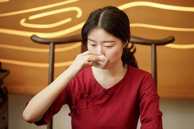 探秘喝茶越喝越渴真相,可能是喝茶姿势不对!