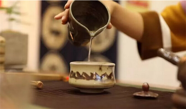 如何通过茶汤来辨别茶叶品质?