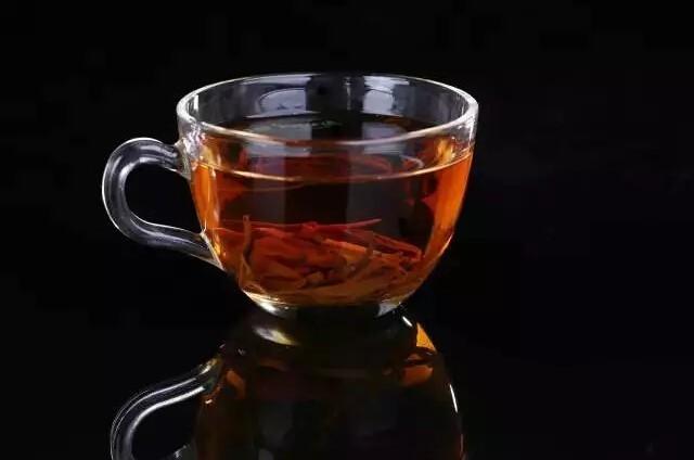"""树龄悠久、内质丰富的大叶种古茶树 每一芽一叶,都超过300年时光的沉淀 古树红茶,香更醇厚,滋味更足 大叶种古茶树,树种好,茶才好 流霞,首款真正的古树红茶  西双版纳,最生态的植物王国孕育最好的古茶树 阳光充沛,降雨适中 得天独厚的肥沃土壤,天然为古茶树量身""""打造""""的温湿度 流霞,第一款真正称得上生态的古树红茶  再度革新的古树红茶包装 全新的精美礼盒 更优质的内袋,还搭配封口夹 保护古树红茶不吸味,不受潮 流霞,最好的融合美观与实用的古树红茶   2015古树红流霞,融入更丰"""