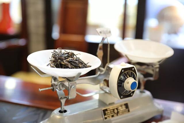 水质   不同的水质,可冲泡出不同的口感和滋味,简单来说,水质一定要软(软水指的是不含或含较少可溶性钙、镁化合物的水),软水沏茶,具有泉水的口感,较之自来水泡茶感觉更加甜柔。   茶器   刚入门的新手,建议选用盖碗冲泡普洱茶,一是比较经济实惠,二是盖碗的能见度较好,比较方便观看茶汤。可以选用器形相对适中(中小盖碗),导热较慢(防烫)的盖碗。经常喝茶且有一定茶龄的老茶友,可以选用紫砂壶,因为紫砂壶的保温性和透气性较好,很适合冲泡中老期普洱茶。有条件的茶友,建议购买铁壶辅之冲泡,与紫砂壶相得益彰。