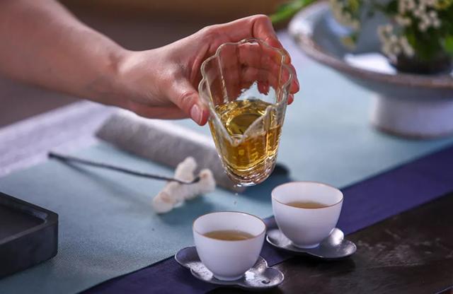 """开汤嗅香有讲究,判断大益茶的香气不能只靠""""挂杯香"""""""