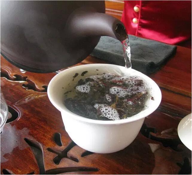 生产工艺:生茶 生产日期:2006年 规格重量:84饼*357克/件 第十泡茶汤
