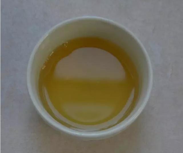 说起冰岛老寨,相信只要喝茶之人应该都知道,但对于隶属于冰岛村委会的糯伍可能了解的人就不多了,既然是隶属于冰岛村的,那糯伍茶又会给我们带来哪些迷人的体验呢?    ——清扬甜蜜 柔顺醇和——   首先,从干茶外形来看,条索匀整显毫、芽叶肥壮,色泽墨绿油润、泛灰白。    其次,茶香柔和浓郁,清扬甜蜜而独特,总体以花果香型为主,类似冰糖橙的香味,与茶汤相生相随相伴,挂杯持久而不失张扬。    然后,汤色绿黄明亮,第一、二泡颜色稍淡,三泡后转黄亮,茶汤细腻,甜