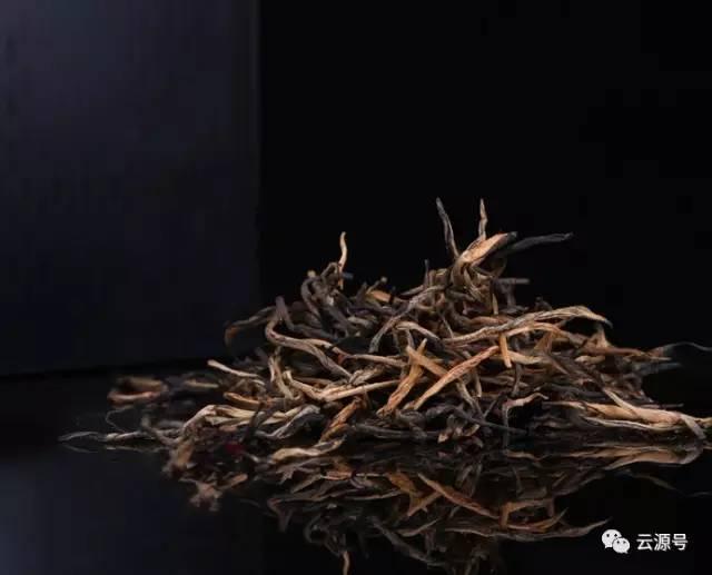 """树龄悠久、内质丰富的大叶种古茶树 每一芽一叶,都超过300年时光的沉淀 古树红茶,香更醇厚,滋味更足 大叶种古茶树,树种好,茶才好 云源号,首款真正的古树红茶 西双版纳,最生态的植物王国孕育最好的古茶树 阳光充沛,降雨适中 得天独厚的肥沃土壤,天然为古茶树量身""""打造""""的温湿度 云源号,第一款真正称得上生态的古树红茶 2016年云源号古树红茶,融入更丰富的古树茶原料进行调配 63座遍布各山头的云源茶业基地是丰富原料的基础 延续企业标准,进一步提升的工艺 每一片古树红茶,依古法经过采摘"""