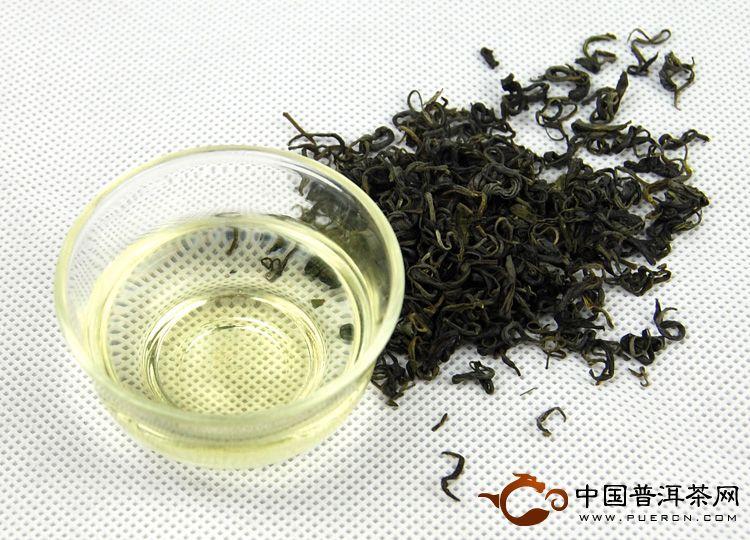 """筛选。   将炒好的茶叶中的粉末过滤出来后,卷曲、新鲜、带有浓郁板栗香味的成品茶制作完成。   包装。   内包装是用高密度聚乙烯、聚丙烯、聚酯等与低密度聚乙烯薄膜复合或喷涂铝后形成的双层或三层复合包装材料,具有防潮保鲜的作用。   外包装主要体现了茶叶的档次与对崂山茶文化的品位,有散装、袋装、盒装、筒装、手提袋等。   冲泡崂山茶时,水温应控制在80~90。这从水沸腾的程度就能看出来。如果水冒鱼眼大小的泡,则水温就低了,逼不出""""茶香"""";如果水全部沸腾,则水温就过高了"""