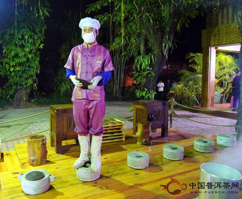 手工石磨压制普洱茶(图)