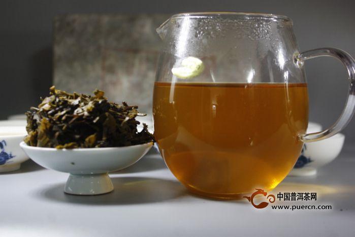 jojo阿帕茶-之间,帕沙老茶山终年云雾缭绕,雨水充足,植被茂盛,林下腐植物丰