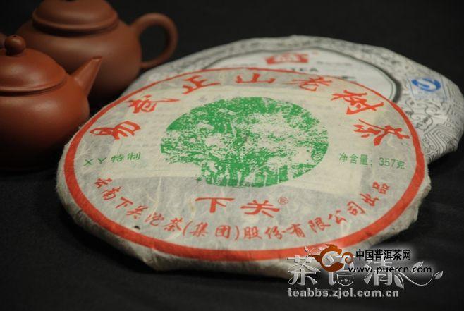 【大牌来PK】2010年大益易武正山(001)PK下关2010年易武正山老树茶(绿太阳泡饼)