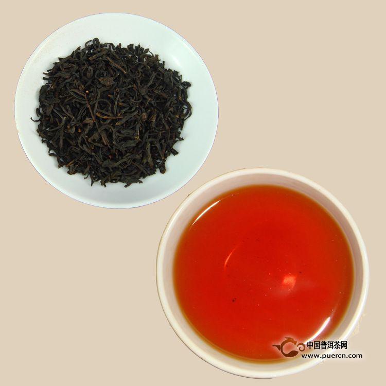 黑茶制茶工艺一般包括杀青、揉捻、渥堆和干燥四道工序,因为其选用的原料均为较粗老的茶原料,所以成品从色泽上就可看出明显的黑色。主要分类有湖南黑茶(茯茶)、云南黑茶(普洱茶)、雅安藏茶(黑茶鼻祖)、广西六堡茶、陕西黑茶(茯茶)及湖北老黑茶。俗称黑五类。黑茶品种可分为紧压茶与散装茶及花卷三大类,紧压茶为砖茶,主要有茯砖、花砖、黑砖、青砖茶,俗称四砖,散装茶主要有天尖、贡尖、生尖统称为三尖,花卷茶有十两、百两、千两等。黑茶能降血糖,防止糖尿病,抗衰老,延年益寿。