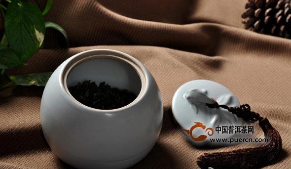 普洱茶的冲泡方法之:铁壶煮茶必备器皿:铁壶(内附虑斗)、大公杯、品杯、滤网、电磁炉等可以给铁壶加热的设备适宜茶品:级别较粗老的熟茶或老茶适用场合:居家、茶店、茶艺馆操作流程:铁壶煮茶可以有三种不同的流程:先泡后煮;热水煮;冷水煮。投茶量依次递减,600cc的壶投茶5到7克即可。