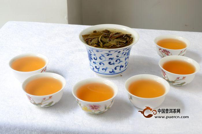 """能否用茶水服药,不能一概而论,在多数情况下,不主张用茶水服药,尤其是硫酸亚铁、碳酸亚铁、枸橼酸、铁胺等含铁剂和氢氧化铝等含铝剂的西药,遇到茶汤中的多酚类物质与金属离子结合而沉淀,会降低或失去药效。此外,茶叶中含有咖啡因(亦称""""咖啡硷"""")具有兴奋作用,因此服用镇静、催眠、镇咳类药物时,也不宜用茶水送服、避免药性冲突降低药效。服用制剂,如蛋白、淀粉时,也不宜饮茶,茶叶中的多酚类可与结合,降低的活性。某些生物硷制剂以及阿托品、阿司匹林等药物,也不宜用茶水送服。服用痢特灵、甲基,少量饮"""