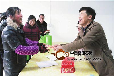 武义柳城一茶叶合作社给农民发红包