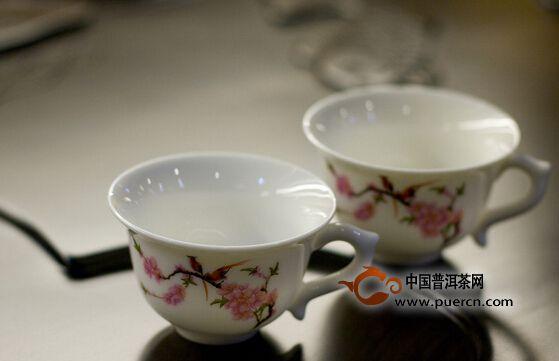 如何轻松去除陶瓷杯上难缠的茶垢
