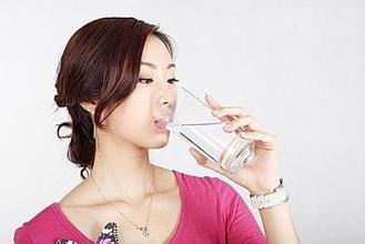 日常生活中喝饮料和茶代替不了喝水