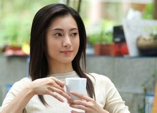 喝茶的女人