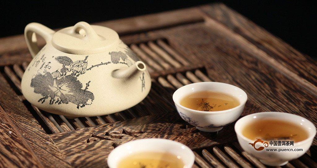 煮咸奶茶看起来比较简单,其实滋味的好坏,营养成分的多少,与煮茶时用的锅,放的茶,加的水,掺的奶,烧的时间,以及先后次序都有关系。如茶叶放迟了,或者将加入茶与奶的次序颠倒了,茶味就会出不来。而烧煮时间过长,又会使咸奶茶的香味逸尽。蒙古族人民认为,只有器、茶、奶、盐、温五者相互协调,才能煮出咸甜相宜、美味可口的咸奶茶。
