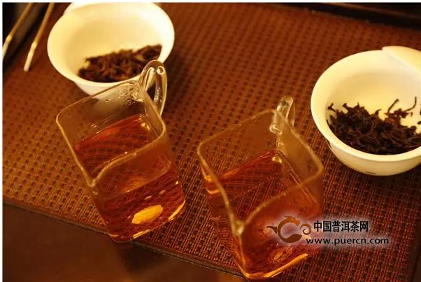 """提到茶艺,人们常会联想到典雅质朴的茶艺师。茶艺师的气质与茶一样宁静和芬芳。或许描绘茶艺师不能简简单单的用""""漂亮""""来形容,茶艺师的超凡脱俗,充满了茶的仙气和山野的韵味。今天,我们得以采访一位美女茶艺师,虽然年轻,但对茶已渐生感情。她叫李钍,昆明中茶专营店店员,因为爱茶转入茶行业。同款不同年份的中茶紫茗红茶,在她的对比冲泡之下,会给我们带来怎样的品茗体验呢?"""