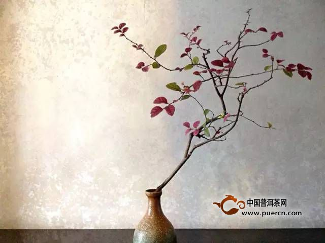 花道各流派的基本精神就是天、地、人的和諧統一,這是東方特有的自然觀念和哲學觀念?;ǖ兰也粌H認為花是美麗的,還覺得花反映了時光的推移和人們內心的情感?;ǖ浪尸F的是一件美的事物,同時也是一個表達、修煉的方式。