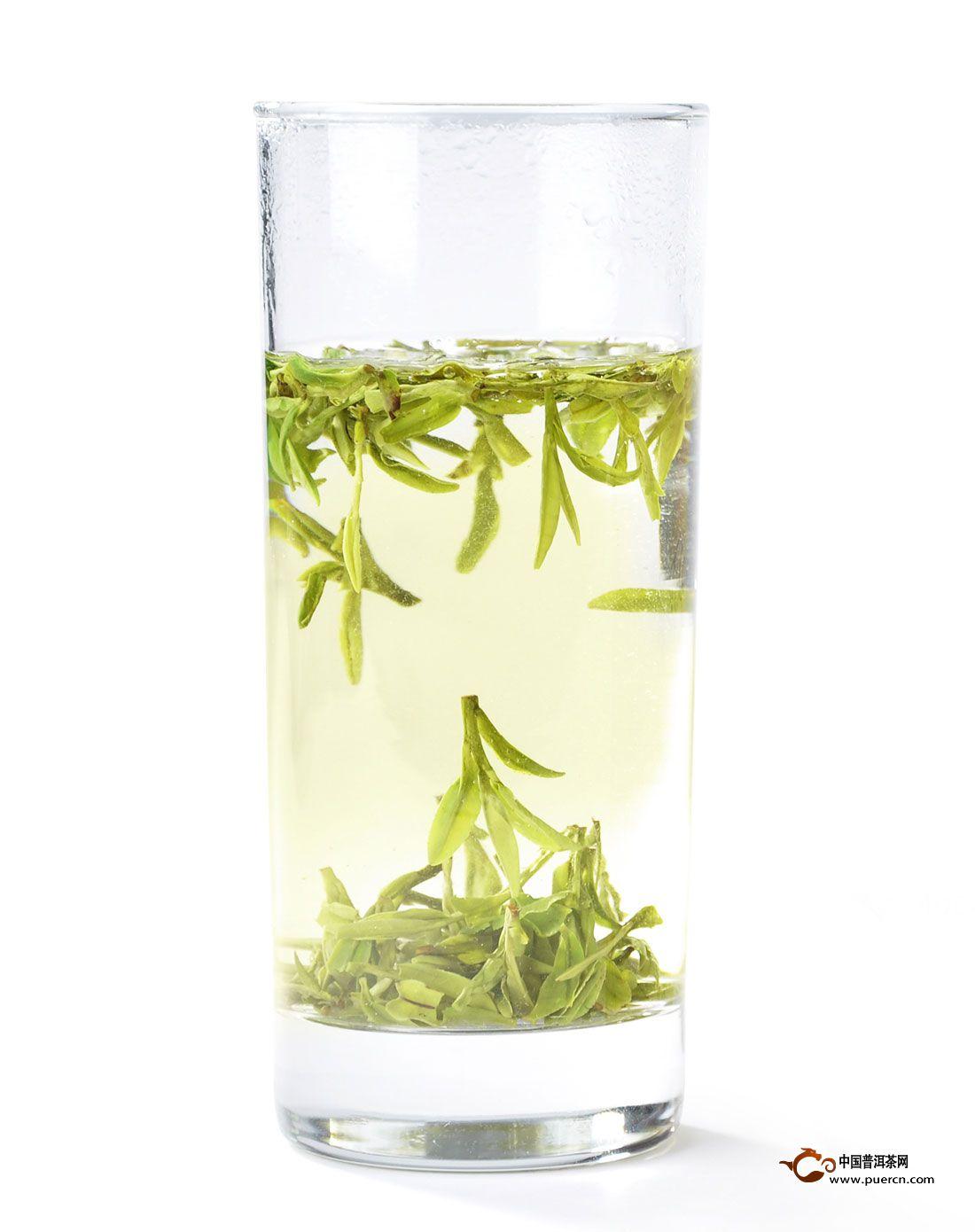 另外,饮龙井茶还要注意,不要等水喝干了再添,第一杯茶喝去2/3时,就应该加水饮第二杯,这样可使茶汤浓度基本保持一致。品尝龙井茶一般用玻璃杯,加85C左右的开水冲泡。茶与水的比例要恰当,通常为1:50(1克茶叶用50毫升水)。冲泡时,应先在杯中倒入1/3的水进行浸泡,等到茶叶散发出淡淡清香后,再沿杯边倒水至七八分满。这样冲泡出来的茶浓淡适中、口感鲜醇、叶色嫩绿。切忌用滚开的水冲泡龙井,它会破坏茶中的叶绿素,使其变黄;茶叶中的茶多酚类营养物质也会在高温下氧化,使茶汤变黄;很多芳香物质在高温下容易挥发,使茶