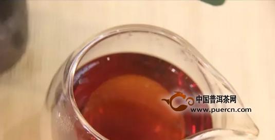现在通用的茶具有瓷器、陶器(主要是紫砂器)、玻璃、塑料。在冲泡红茶和乌龙时选用陶器,因为从品茶的角度来看,以瓷器和陶器最好,其保温性好,沏茶能获得较好的色香味,且造型美观,具有艺术欣赏价值。但冲泡绿茶特别是碧螺春和银针时一般用玻璃茶具,玻璃茶具可见杯中轻雾漂渺、澄清碧绿及朵朵茶芽之美态。至于搪瓷、塑料茶具,虽有轻便、耐用之优点,但一般为了解渴而临时使用。