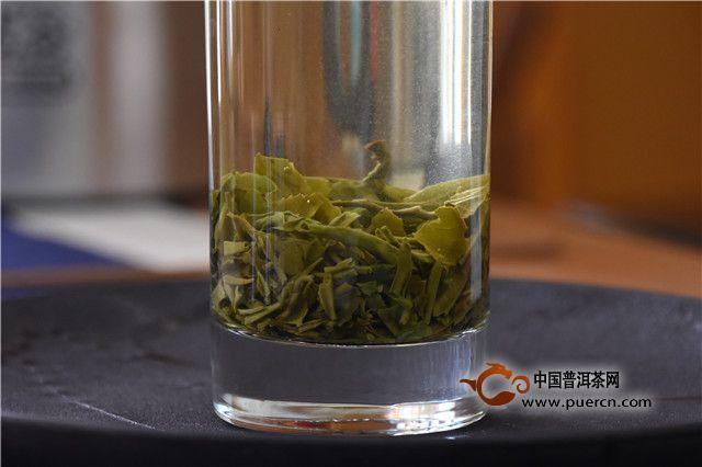 沏茶的水温,要求在80左右最为适宜,因为优质绿茶的叶绿素在过高的温度下易被破坏变黄,同时茶叶中的茶多酚类物质也会在高温下氧化使茶汤很快变黄,很多芳香物质在高温下也很快挥发散失,使茶汤失去香味。茶与水的比例要恰当,通常茶与水之比为1:50~1:60(即1克茶叶用水50毫升~60毫升)为宜,这样冲泡出来的茶汤浓淡适中,口感鲜醇。