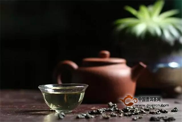 """像碧螺春,一经冲泡,茶芽先沉入杯底,随后便做出""""白云翻滚,雪花飞舞""""之势,透过玻璃杯,可以尽收眼底。像绿茶、黄茶、白茶中的名优茶,芽叶细嫩,冲泡后通过玻璃杯观赏其形态,也是品茶的一个重要内容。"""
