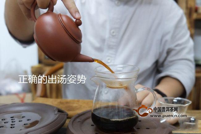 明代中期以后,兴起用茶壶泡茶。以紫砂壶泡茶是对饮茶方法的改进和提高。首先,用紫砂壶泡茶比盏更宜于保暖;其次,用紫砂壶泡茶有利于防止尘埃落入茶汤;其三,紫砂壶的密闭性更优于茶盏,可以保持茶香而不使涣散。那么用紫砂壶泡茶有诸多好处,那该如何正确用紫砂壶泡茶呢?现在小编就一步一步来教你。