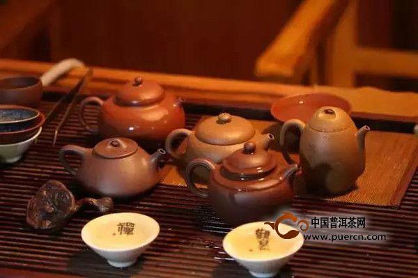 许多茶人都非常喜欢用紫砂壶泡普洱茶,紫砂壶之所以一直受到茶人宠爱,一方面是由于紫砂壶造型美观,风格多样,独树一帜,另一方面也因为它在泡茶时有许多优点。本节小编就来说说紫砂壶泡茶的七大优点,这样您就明白为什么那么多人喜欢有紫砂壶泡茶了。