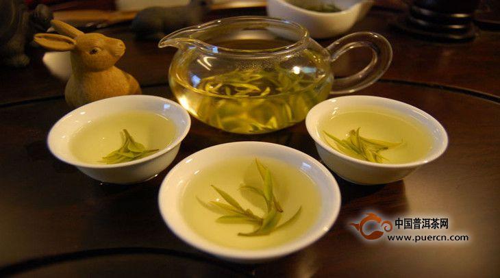 一般来说,花茶可以养肝利胆、强健四肢、疏通经脉。以茉莉花茶为例,可以清热解暑、健脾安神,对治疗痢疾和防止胃痛有良好效果。而金银花茶则可以清热解毒、提神解渴,并对咽喉肿痛等有较为理想的疗效,对预防流感效果亦佳。因此在冬季不妨适当选择,尤其是女性在更年期及经期前后容易心情抑郁,性情烦燥,不妨用喝花茶的方法来消解郁闷。