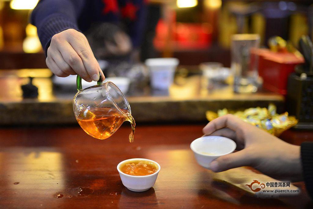 对于普洱茶来说,就会复杂很多,这里建议不同年份的生茶熟茶应当区别对待。以7572为例,这是原勐海茶厂的普洱茶熟茶的一个经典配方,其特征主要由三类原料拼配而成,一为发酵程度较轻的,一为发酵程度适中的,一为发酵程度稍重的,原料较为粗老,且杆的比例较大,广东属于相对高湿度地区,该茶产于97年,迄今已有十年,仓储良好,没有霉味等异杂味,在昆明存放后茶体含水量稍干。渥堆加上长达十年的后续存放,导致茶汤中的滋味和回味已经没有太多的丰富内容。根据以上特征,此款茶在器具上选择了用盖碗来冲泡,是为了兼顾到前期的汤感和中