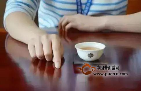 喝茶要学会扣手礼  泡茶要学会伸掌礼