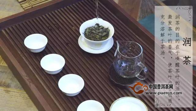 寿眉,也被称作贡眉,乃以菜茶有性群体茶树芽叶制成的白茶。寿眉叶张稍肥嫩,芽叶连枝,无老梗,叶整卷如眉,香气清纯。其中用茶芽叶制成的毛茶称为小白,以区别于福鼎大白茶、政和大白茶茶树芽叶制成的大白毛茶。寿眉茶叶新茶呈翠绿色,冲泡出来的茶汤呈黄色,味道甘醇鲜爽,受到很多茶友的喜爱。那么寿眉白茶怎么泡更好喝呢?本节我们就一起来学习寿眉的冲泡方法。