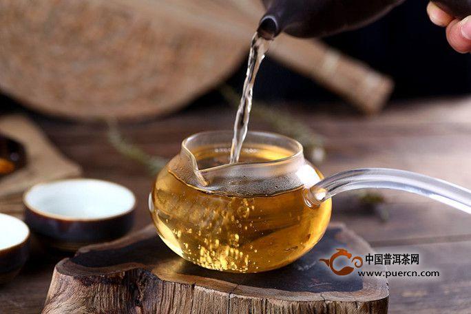 生普洱茶和熟普洱茶有什么不同,分别适合哪些人饮用