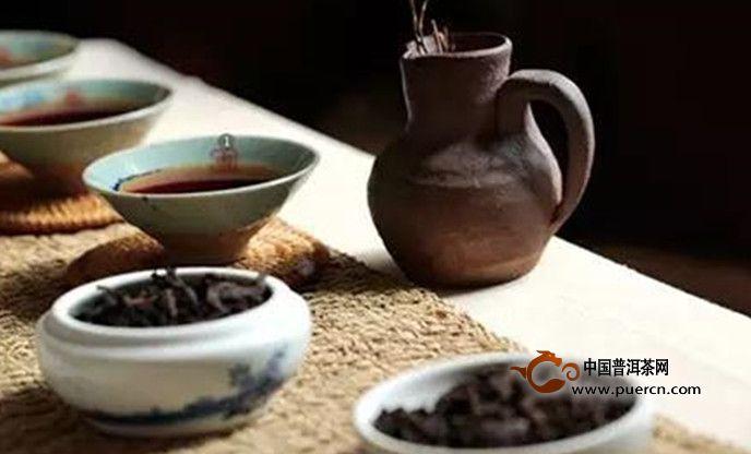 (1)选用胎土厚、烧结度低的紫泥紫砂壶。充分利用紫砂壶物理结构的各种特征,既利杂味吸附抑制,又利叶底透气保温。同时,宽口大腹矮身桶的壶型,如仿古、石瓢等,更利于对注水、水温的控制和杂味的逸散。最后,茶壶一定要出水快速通畅。熟茶的浓度在浸泡中随时间变化很快,且叶底又容易堵塞出水孔道,出水慢的茶壶难于控制茶汤浓淡。