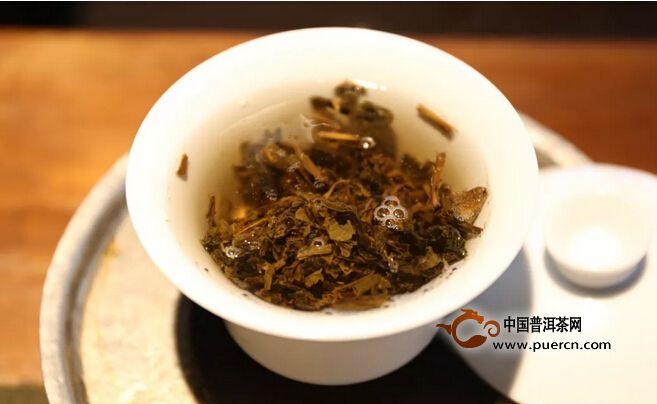 这个前提是你确认干涩是茶本身造成的。这样你可以用碱性的,钙镁含量高的水来泡茶。儿茶素在碱性水当中、氧化会很快。钙镁含量高的水,儿茶素的浸出也会收到抑制,因此茶汤涩味也会相对降低。(但如果茶本身不干涩,用这种水泡茶适得其反。)