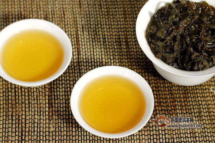 冻顶乌龙茶冲泡步骤   ①烫茶具:以沸水冲泡茶壶,茶具以待卫生.