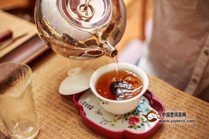 小青柑与普洱茶融合制成的茶,从药理上讲可以互补,达到疏肝破气、消积化滞之作用。而且还提高了整个小青柑的适口性和耐泡度,柑茶融合入口的滋味也更加纯正自然,是饮用和保健价值都很高的茶。那么,怎么挑选和冲泡小青柑普洱茶?下面一起来了解看看。