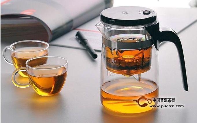 飘逸杯出汤简单,不用担心烫到手,透明玻璃杯也利于观察六堡茶的汤色