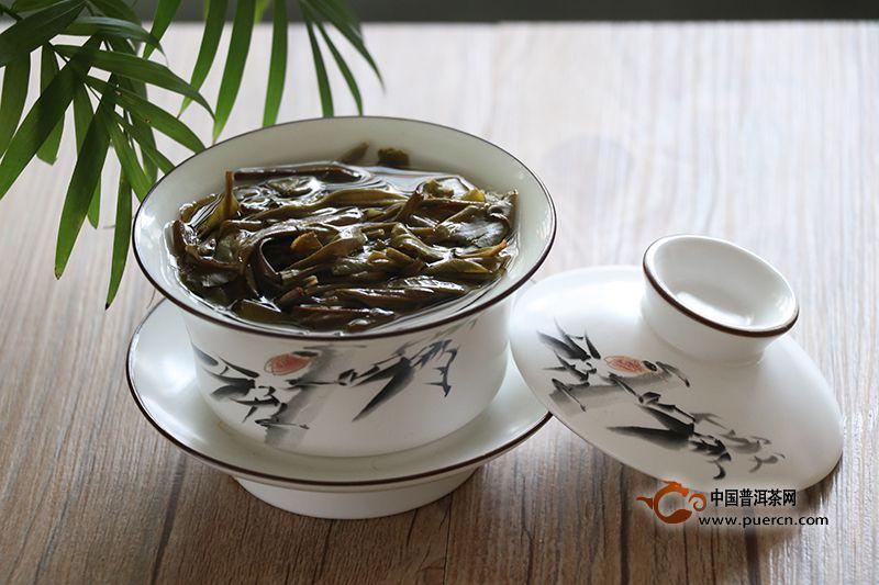 洗茶、醒茶、润茶是我们经常谈起的一个问题,第一泡茶弃掉不喝,这个动作到底是为了把茶洗干净,还把茶唤醒,亦或是是把茶浸润呢?对于这个问题,多数人持有各自的观点,其实不止现在争论这个问题,从古时候开始就已经有人在研究这个问题了。下面我们就一起来了解下洗茶、醒茶、润茶到底有什么区别?