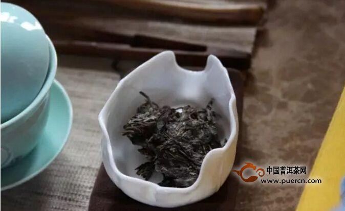 润茶也可以不用刻意在头两泡上,也可以在前几泡之中进行,边泡边饮,也就是温润泡,就是根据茶叶在泡具中的舒展度和浸出度,适当调整出汤时间,较鲜嫩的茶,出味快,出汤就要快些;较粗老的茶,茶质浸出慢,出汤也可以慢些。