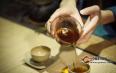如何识别普洱茶香气?方法如下: