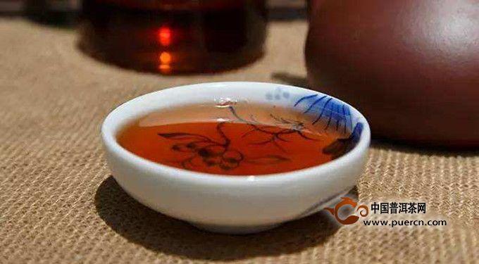 冲泡黑茶也有讲究,冲泡不当就会导致泡出来的茶就会滋味淡,香味弱,汤感薄。更有甚者,明明仓储良好的陈年黑茶,泡出了让人咽喉干燥、微涩紧锁的茶汤。因此,要泡出一杯好喝的茶汤,掌握正确的冲泡方法是很重要的。下面,就给大家介绍下黑茶的冲泡方法。