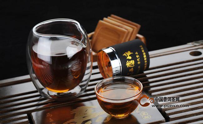 黑茶在冲泡过程中,要把握汤色,准确的把握飘逸时间,选好茶后冲泡时要注意,第一、二道慢一点,三至五道快一点,然后又慢一点,使前后茶汤的颜色一致,不可太浓也不可态淡,这样才能保持口味一致,所以说冲泡黑茶选用透明的器皿是最合适的。