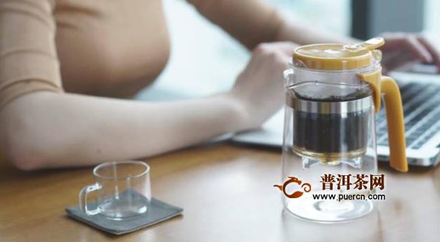 玻璃杯泡乌龙茶