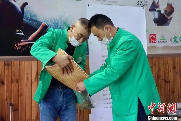 杭州举办西湖龙井茶炒茶王大赛,32位炒茶高手过招