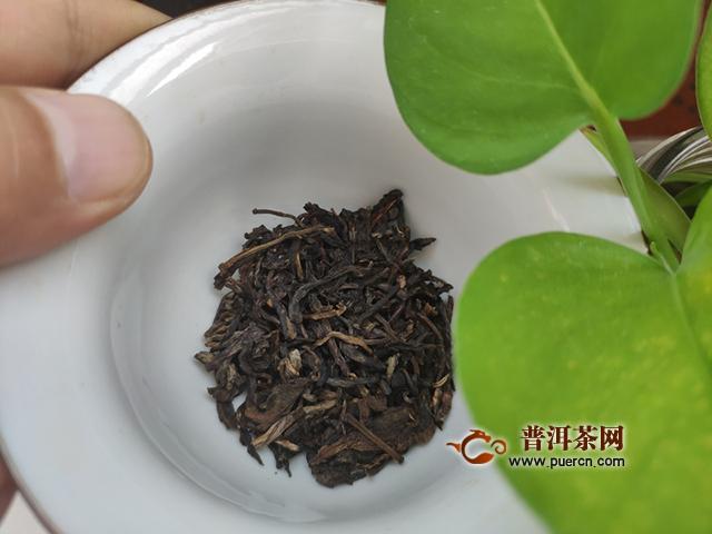 香气纯正,有淡雅的甜韵:2014年下关绿盒甲级沱茶