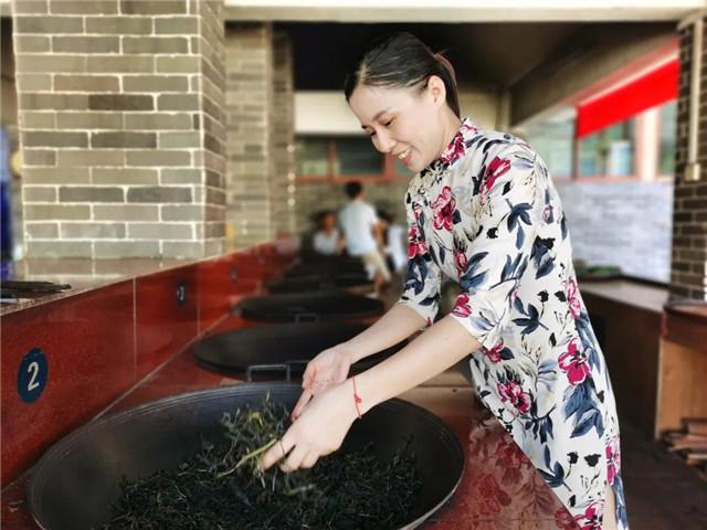 """梧州六堡镇:""""80后女老板""""传承传统制茶技艺"""